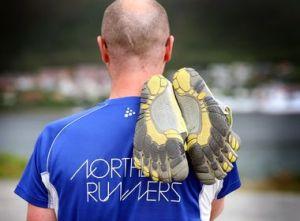 SKOENE ER MED: Selv om målet er å løpe barbeint hele tiden, har Gimse av erfaring lært at det er lurt løpe med barfotskoene i hånden. FOTO: TOM BENJAMINSEN